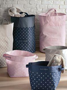SAC À JOUETS ROSE+MARINE Fabric Storage Boxes, Fabric Boxes, Storage Baskets, Dog Toy Storage, Diy Storage, Baby Sheets, Diy Home Crafts, Kids Decor, Kids Furniture