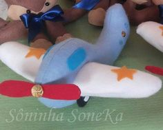 Avião em feltro. Felt Mobile, Felt Crafts, Baby Toys, Free Pattern, Dinosaur Stuffed Animal, Projects To Try, Quilts, Dolls, Sewing