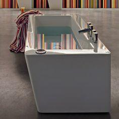 En el baño tambien està una grande bañera blanca. Hay en forma trapezoide.
