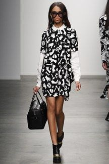 Karen Walker Fall 2014 Ready-to-Wear Collection - Vogue Karen Walker, Runway Fashion, Fashion Show, Fashion Design, Catwalk Collection, Short Sleeve Dresses, Dresses With Sleeves, Warm Weather Outfits, Fashion Prints