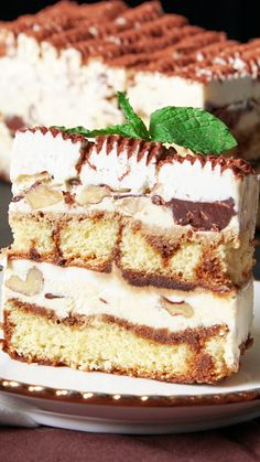 Tiramisu Ice Cream Cake For those of you who love the creamy, coffee, sponginess of tiramisu, Homemade Strawberry Cake, Strawberry Cake Recipes, Homemade Ice, Frozen Desserts, Easy Desserts, Baking Desserts, Dessert Cannoli, Esterhazy Torte, Pastel Frozen