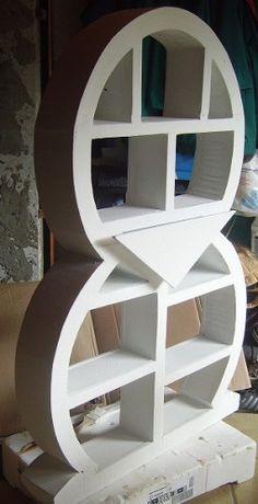 Après la finition de l'habillage extérieur, la pose du kraft, la fabrication du tiroir, voici mon meuble avec une première sous-couche destinée à le rendre imperméable... Tout le monde trouve qu'il ressemble à un pingouin, mais à l'origine, c'est un meuble...