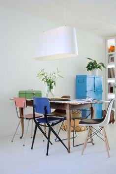Cadeiras com diferentes cores e materiais fazem uma combinação perfeita e decoram com muito estilo!     ⇨ http://carrodemo.la/56526