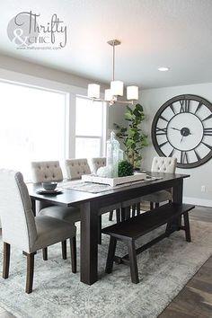 Ideia de decoração da sala de jantar, com destaque de um relógio gigante. Um charme!