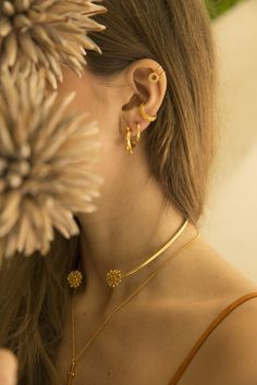 Colombian contemporary jewelry brand inspired by nature's shapes and influenced by the artistic imprint of diverse cultures around the globe. Jewelry Model, Photo Jewelry, Jewelry Art, Jewelry Photography, Fashion Photography, Product Photography, Portrait Photography, Jewelry Editorial, Contemporary Jewellery