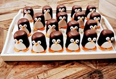 Marshmallow dipped in chocolate decorate using - orange fondant for the feet and beak - white fondant for the eyes and tummy - pen with edible ink for the pupils - edible adhesive to keep it all in place - end result, very cute penguins! Holiday Treats, Christmas Treats, Christmas Cookies, Penguin Cakes, Penguin Party, Chocolate Dipped Marshmallows, Marshmallow Pops, Edible Crafts, Edible Art