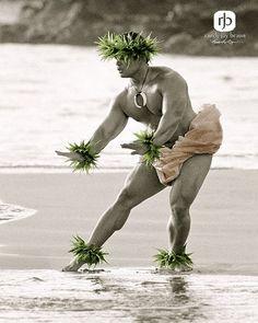 Male Hula dancers must be powerful and graceful. : Photo by Randy Jay Braun (via Leo Kielberg Chekielberg Nieilsen & Maui Tropical Soaps's) Polynesian Dance, Polynesian Men, Polynesian Culture, Hawaiian Men, Hawaiian Dancers, Hawaiian Quotes, Hawaii Hula, Aloha Hawaii, Wellness Massage