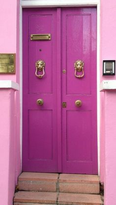 pink door exterior in London via urban flip flops. #CasaDeCarson