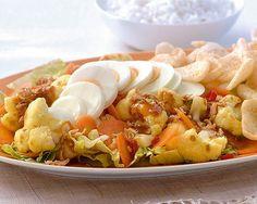 Gado Gado met bloemkool en kroepoek Gado Gado, Shops, Pasta, Macaroni, Potato Salad, Shrimp, Potatoes, Meat, Ethnic Recipes