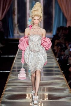 Moschino Fall 2020 Ready-to-Wear Fashion Show - Vogue Moschino, Peter Lindbergh, Vogue Paris, Pageboy Outfits, Dress Cake, Milano Fashion Week, Tiered Dress, Fashion Show Collection, Couture Collection