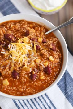 Simple and delicious, this instant pot quinoa red bean chili is healthy, hearty, and so flavorful! Bonus slow cooker directions included in the recipe, too! Chili Recipes, Vegetarian Recipes, Healthy Recipes, Healthy Quinoa Recipes, Vegetarian Soup, Vegetarian Breakfast, Vegan Soup, Breakfast Recipes, Gourmet