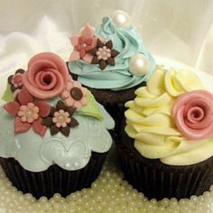Vintage look cupcakes. I wish I could make these. Then eat them too