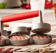- Kit com forminhas para preparar hambúrgueres. Produzidas com alumínio antiaderente e cabo de silicone. - Completam o kit: bisnaga para ketchup e mostarda e um livro com diversas receitas de hambúrgueres. Set Hamburguer, da Brandani.