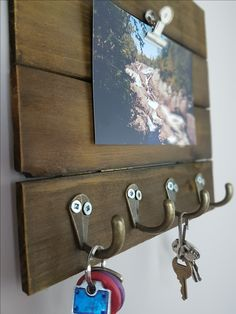Super easy DIY key rack to keep your keys from ever getting lost again! This key rack is cute, doubles as a decor piece, and is oh so functional! Diy Projects Home Office, Home Decor Hacks, Home Organization Hacks, Organizing, Key Organizer, Key Rack, Diy On A Budget, Simple House, Wooden Diy