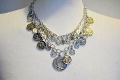 Dette kule charms smykke med ørepynt finner du i butikken til Mona-Lisa!