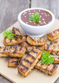 One of my favorite finger foods are tofu sticks. They're a great protein rich snack and can be made in so many different flavors. This Asia-inspired version with spicy flavors, sesame seeds and peanut dipping sauce is amazing, and a perfect snack for pot lucks, movie nights and BBQ-evenings! I often find myself with leftover strips of tofu after having cut them off when making shaped for other things, so these tofu sticks are also perfect for using those leftover strips.