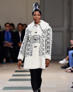 Two fashion figures come together and create even more iconic history. Paris Couture Week is leveling up as Naomi Campbell Walks for Azzedine Alaia AW 2017 Haute Couture Designers, Haute Couture Dresses, Haute Couture Fashion, Couture Week, Naomi Campbell Walk, Fashion News, Fashion Models, Fashion 2017, Modelos Fashion