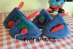 Presine da cucina con jeans riciclati, decorate con frutta e ortaggi all'uncinetto http://ricreanna.wordpress.com/