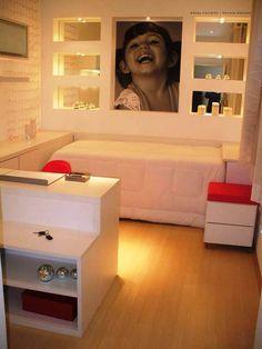Aproveitando bem o espaço com iluminação e móveis planejados.