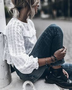 Blouse in English embroidery + Doc Martens = the right mix (blouse Zara - photo Jacqueline Mikuta) S Mode Outfits, Casual Outfits, Fashion Outfits, Zara Fashion, Grunge Outfits, Fashion Ideas, Fashion Trends, Mode Style, Style Me