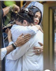 Celebs Discover Aishwarya Rai Comforts Kajol As She Breaks Down On Demise Of Her Beloved Father in Law -Veeru Devgn Bollywood Girls, Bollywood Actors, Bollywood Celebrities, Bollywood Fashion, Aishwarya Rai Photo, Actress Aishwarya Rai, Aishwarya Rai Bachchan, Celebrity Dresses, Celebrity Couples