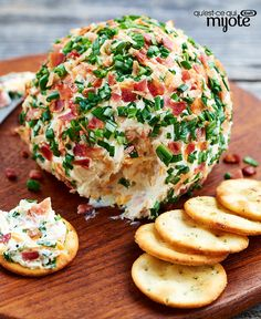 Jalapeño-Bacon Party Cheese Ball A perfect snack to serve at your next get-together, this jalapeño-flavoured cheese ball is sure to become your new go-to party favourite. Coated with crumbled cooked bacon and sliced green onions Quick And Easy Appetizers, Easy Appetizer Recipes, Yummy Appetizers, Appetizers For Party, Recipes Dinner, Kraft Foods, Kraft Recipes, Tapas, Cetogenic Diet