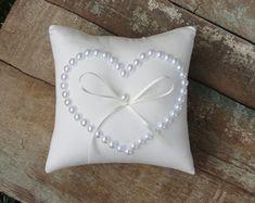 Porta Alianças para a cerimonia de Casamento. Almofada confeccionada em linho e renda. Produto 100% artesanal. Confira outros modelos em nossa loja virtual. Produtos a pronta entrega ou personalizados: 7 dias para produção. Pillow Crafts, Diy Pillows, Cushions On Sofa, Wedding Ring Cushion, Wedding Pillows, Pillow Embroidery, Cushion Cover Designs, Diy Pillow Covers, Ring Bearer Pillows