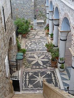 Beautiful black & white pebbles Mosaic~ Pyrgi- Chios, Greece. Only got 2 colours to work with...? That's not a problem. Patterns, patterns, patterns. www.flooringdirectree.com