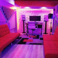 Lots of style in this studio. By Johan Francisco Home Recording Studio Setup, Home Studio Setup, Basement Studio, Music Studio Room, Studio Desk, Dream Studio, Home Music Rooms, Gaming Room Setup, Game Room Design