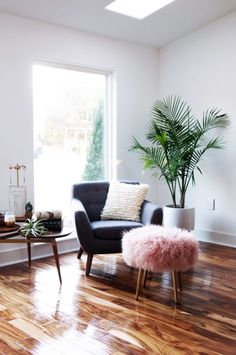 Having small living room can be one of all your problem about decoration home. To solve that, you will create the illusion of a larger space and painting your small living room with bright colors c… Home Living Room, Living Room Decor, Living Spaces, Apartment Living, Cozy Apartment, Sweet Home, Retro Home Decor, Deco Design, Home And Deco