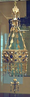 Votive crown of Visigoth king Reccesuinth († Made of gold and precious stones in the half of the century. It's part of the so-called Treasure of Guarrazar, found in Guadamur (Toledo, Spain) in 1853 and Ancient Jewelry, Antique Jewelry, Beaded Jewelry, Jewellery, Royal Jewels, Crown Jewels, Empire Romain, Circlet, Medieval Art