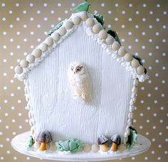 Torie Jayne made this Winter Woodland Christmas cake and Winter Woodland gingerbread bird house for Christmas Yu. Cool Gingerbread Houses, Christmas Gingerbread House, Christmas Owls, Christmas Goodies, Christmas Holidays, Christmas Crafts, Woodland Cake, Woodland Theme, Woodland House