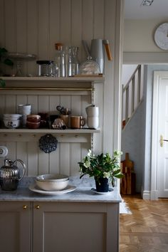 Decor, Kitchen Inspirations, Kitchen Cabinets, Small Kitchen, Scandinavian Home, Kitchen Reno, Kitchen Dining, Sweet Home, Countryside Kitchen