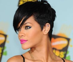 Rihanna is one of the iconic star of all time! In our gallery you will find images of 15 Best Rihanna Pixie Haircuts that you will adore! Rihanna has changed. Rihanna Haircut, Rihanna Pixie, Rihanna Short Hair, Celebrity Short Hair, Rihanna Hairstyles, Short Black Hairstyles, Pixie Hairstyles, Celebrity Hairstyles, Easy Hairstyles