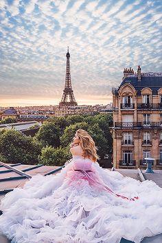 Вера Брежнева примерила романтичные образы в Париже для новой рекламной кампании | СПЛЕТНИК