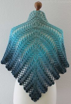 et un autre nouveau tissu de Jasmin Räsänen, Laurelin . et un autre nouveau tissu de Jasmin Räsänen One Skein Crochet, Beau Crochet, Crochet Scarves, Crochet Stitches, Free Crochet, Shawl Patterns, Baby Knitting Patterns, Crochet Patterns, Triangle En Crochet
