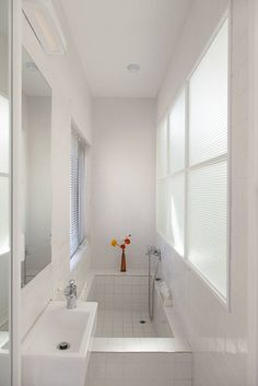 Gallery of Loft House 'The black' / Design Guild - 16 Image 16 of 32 from gallery of Loft House 'The black' / Design Guild. Courtesy of Design Guild Small Apartments, Small Spaces, Built In Bathtub, Freestanding Bathtub, Loft House, Modern House Design, Bathroom Interior, Cheap Home Decor, Small Bathroom