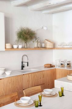 Cocinas sin muebles altos: claves para organizarlas Kitchen Interior, Kitchen Decor, Functional Kitchen, House 2, Kitchen Backsplash, Cool Kitchens, Beautiful Homes, Future House, Architecture Design