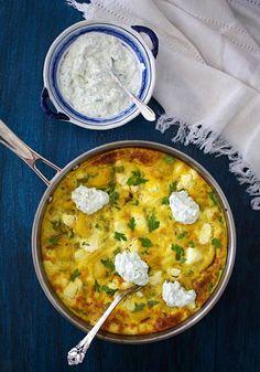Mausta espanjalainen perunamunakas fetajuustolla ja tarjoa se raikkaan tsatsikin kanssa.