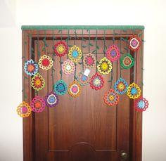 Para encomenda! Cortina de crochê para batente de porta de tamanho padrão. É composta de  folhas, cabinhos verdes e flores de crochê multicoloridas. Ideal para enfeitar ambientes como hall de entrada, quarto, closet ou sala. R$ 350,00