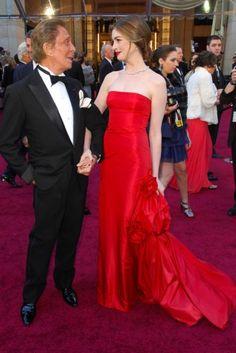 Anne Hathaway com vestido couture Valentino de US$ 80mil e joias Tiffany&Co avaliadas em US$ 10 milhões