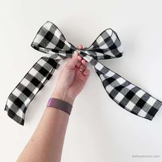 How to Make a Bow for a Wreath - Easy! Diy Bow, Diy Ribbon, Wired Ribbon, Ribbon Bows, Boxwood Wreath Diy, Diy Wreath, Wreath Bows, Wreath Ideas, Mesh Wreaths