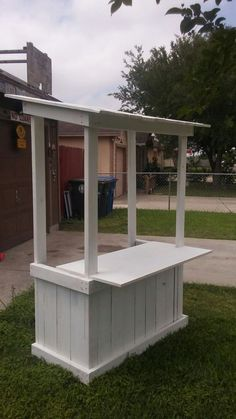 Kids lemonade stand from pallets Pool Bar, Kids Lemonade Stands, Ice Cream Stand, Backyard Bar, Food Stands, Farm Stand, Coffee Shop, Coffee Carts, Pallet Furniture