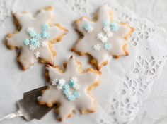 Cookie Box, Christmas Baking, Cookie Decorating, Snowflakes, Shapes, Decorated Cookies, Desserts, Food, Tailgate Desserts