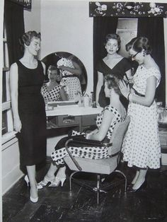 Our next Vintage Hair Academy course with places is on the Feb places lef… – Online Pin Page 1950s Hairstyles, Curled Hairstyles, Vintage Hairstyles, Hair Academy, Makeup Academy, Vintage Hair Salons, Retro Updo, Crisp Image, Video Games For Kids