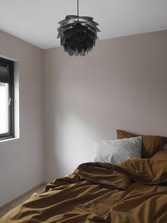 Modernisert familiehytte i vakre farger! Soverom nummer to har fått fargen LADY Pure Color 10290 Soft Touch på veggene, en svak ferskentone som er dempet og grålig. Den sorte omrammingen på vinduet og det gylne sengetøyet gir en utrolig tøff kontrast til den dempede veggfargen! Bedroom, Furniture, Home Decor, Decorating Rooms, Decoration Home, Room Decor, Bedrooms, Home Furnishings, Home Interior Design