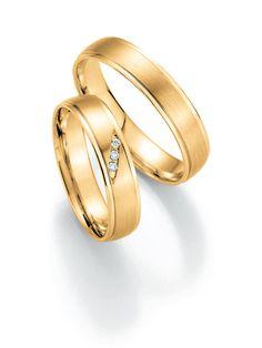 Symbolringe in Gelbgold: -   Ringbreite: 4,5 mm -  Kollektionen: Puristisch -  Steingröße & Qualität: ges. 0,03 ct w/si -  Material: Gelbgold -  Ringhöhe: 1,2 mm -  Oberfläche: mattiert, glänzend -  Lieferzeit: 7-10 Werktage