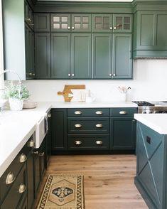 Choosing New Kitchen Countertops Dark Green Kitchen, Green Kitchen Cabinets, Kitchen Cabinet Colors, Painting Kitchen Cabinets, Kitchen Paint, Wood Cabinets, Kitchen Colors, New Kitchen, Kitchen Decor
