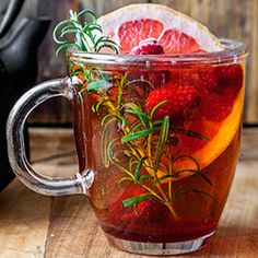 Tea with raspberries, grapefruit and rosemary Fun Drinks, Healthy Drinks, Healthy Recipes, Alcohol Recipes, Tea Recipes, Ramadan Decoration, Bangladeshi Food, Food Tasting, Summer Fruit