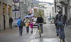 Die Mobilität muss umwelt- und menschengerechter gestaltet werden, um mehr Menschen auf die Füsse und aufs Velo zu bringen – im Interesse von Umwelt, Gesundheit und Lebensqualität. PRO VELO SCHWEIZ - Es braucht mehr Platz für Fussgänger und Velofahrer